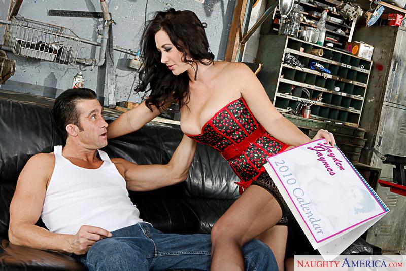 Секс в гараже со зрелой сискастой дамой